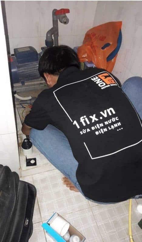 Thợ 1FIX™ đangs sửa máy bơm