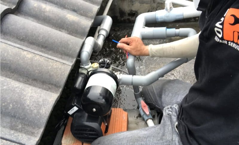 Lắp bơm tăng áp đưa nước lên bồn chứa trên cao.