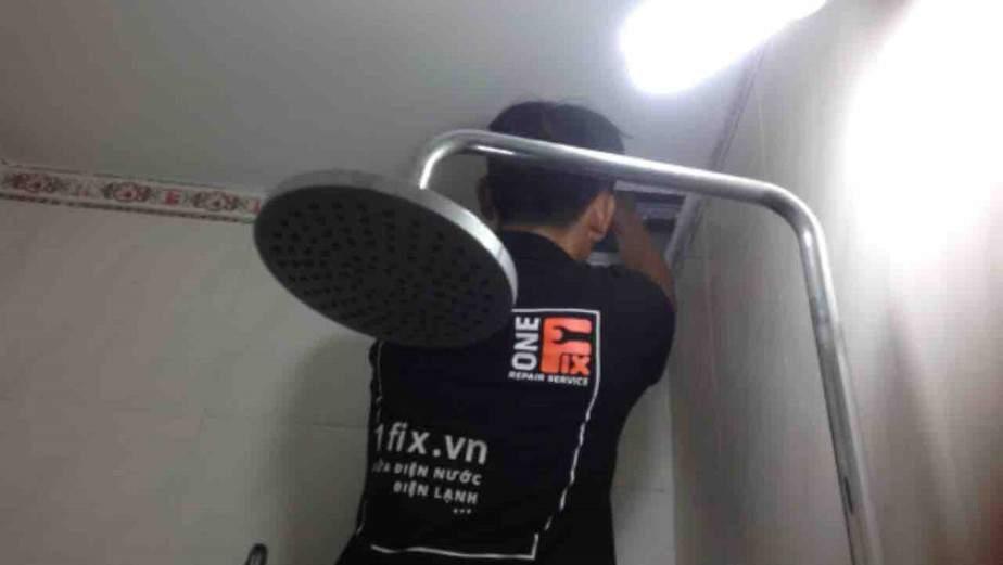 Lắp quạt hút trong phòng tắm giúp giảm độ ẩm của phòng