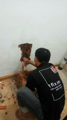 Đục tường xử lý đường ống nước bị vỡ