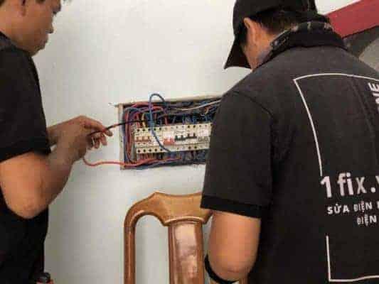 Sửa chữa nguồn điện bị chập trong tường tại nhà