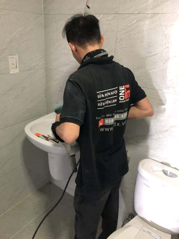 thay vòi nước bồn rửa mặt