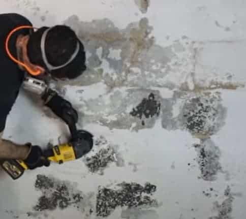 Làm sạch, chà phẳng tường cần chống thấm