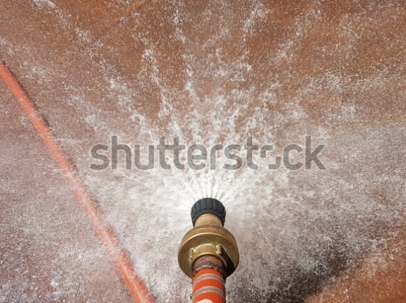 Xịt nước kiểm tra chống thấm tường