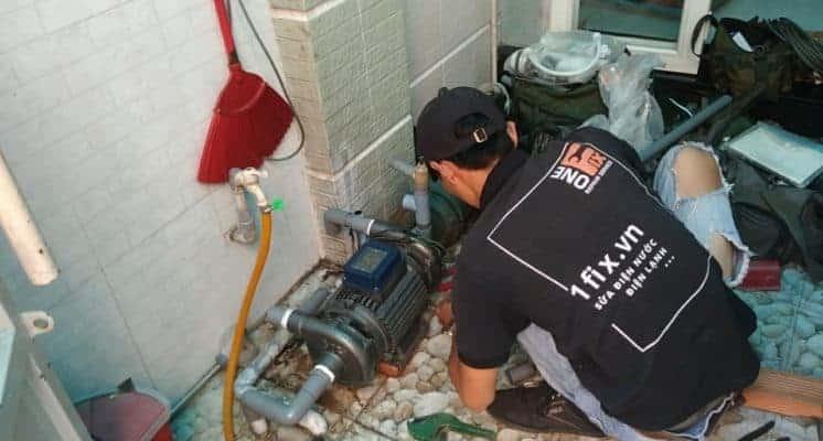 Máy bơm nước giếng khoan 2 đầu Thợ kiểm tra và báo giá máy bơm nước giếng khoan tại nhà khách.