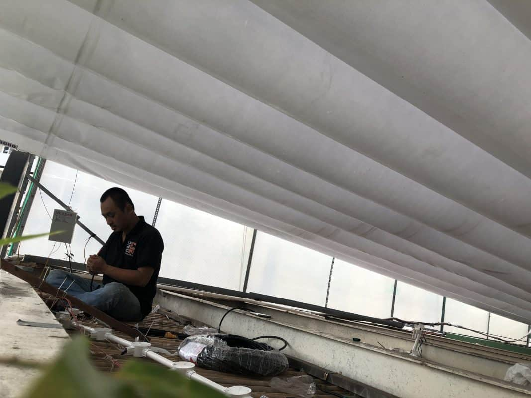 Dù thả dây điện trên trần nhà khá an toàn, tuy nhiên cũng cần phải đi trong ống cách điện để đảm bảo an toàn.