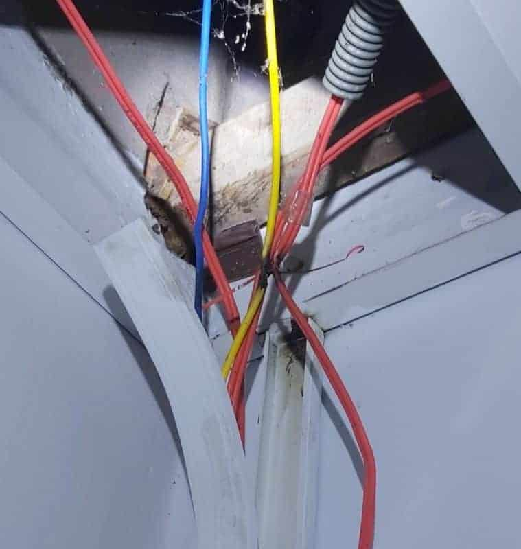 Mối nối có tiếp xúc kém trong ống bảo vệ có thể sinh nhiệt gay chập cháy điện nguy hiểm