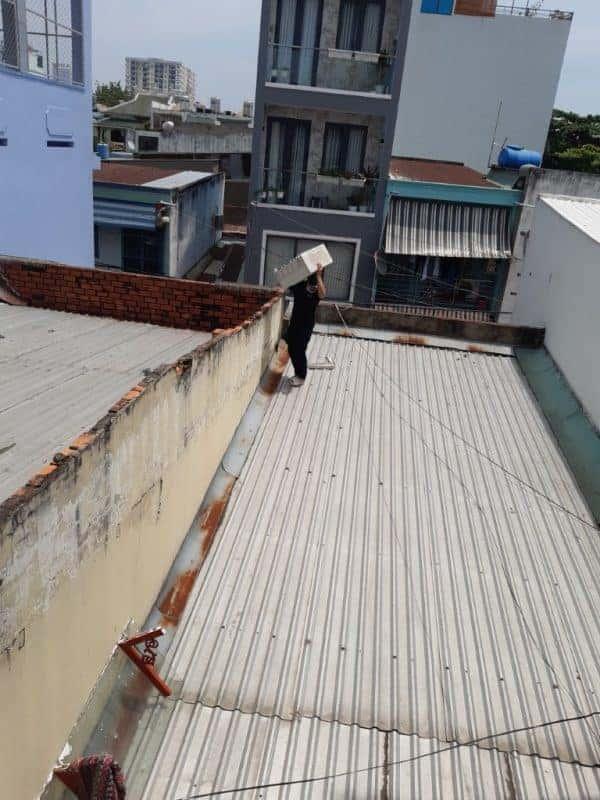 Chuyển dàn nóng lên trên mái nhà để lắp đặt