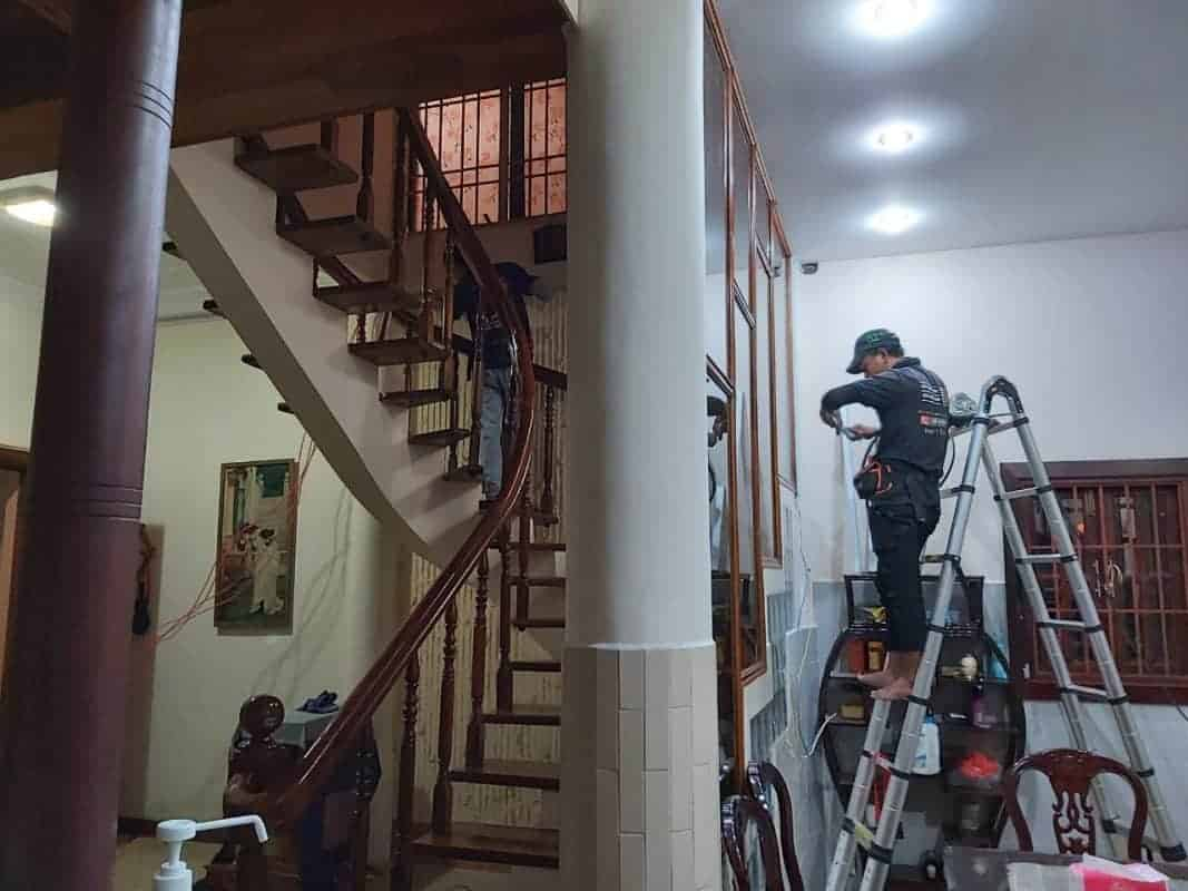Đi nguồn, lắp đèn điện trong nhà cho khách hàng tại Quận 1