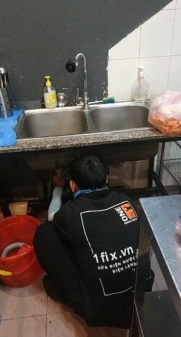 Thông tắc bồn rửa chén bằng cách tháo đường ống thoát nước