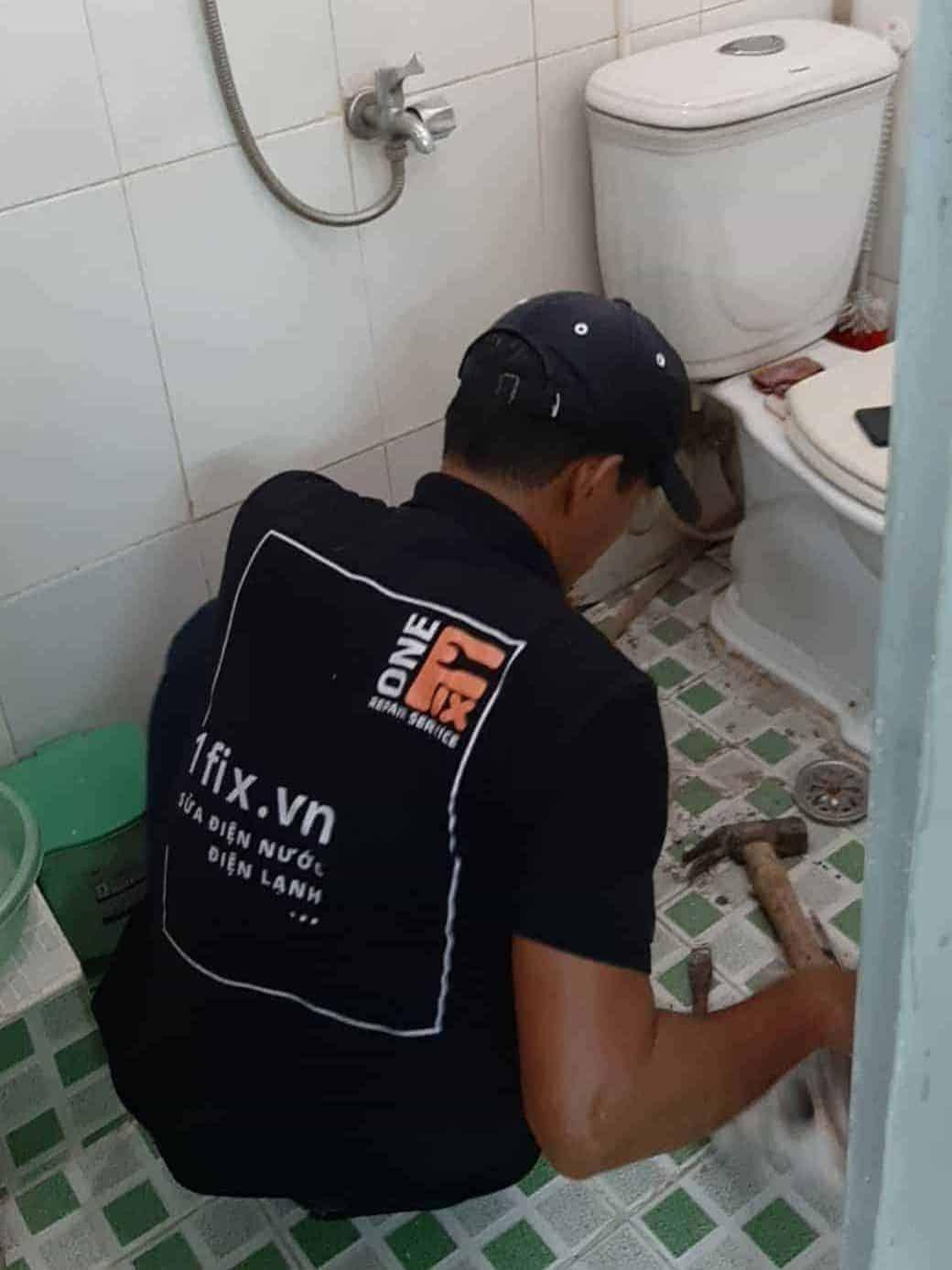 Sửa chữa bồn cầu bị đầy nước do hệ thống thoát khí mất cân bằng