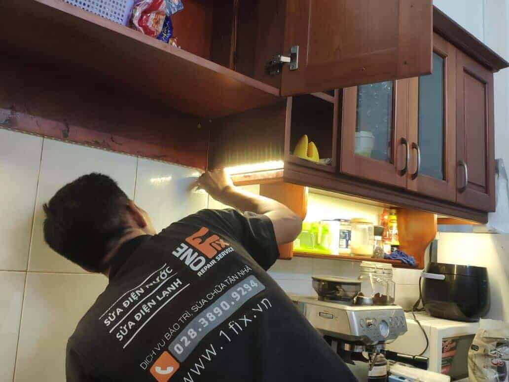 lắp đèn led dưới tủ bếp