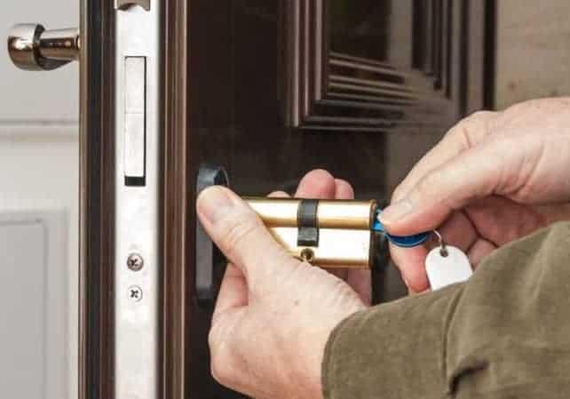 cách tháo lắp khóa cửa tay gạt
