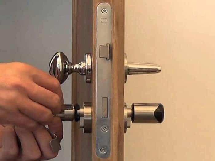 tháo lắp khóa cửa tay gạt
