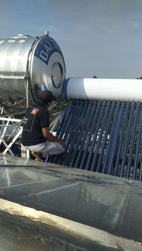 Thợ sửa nước 1FIX thay ron máy nước nóng năng lượng mặt trời