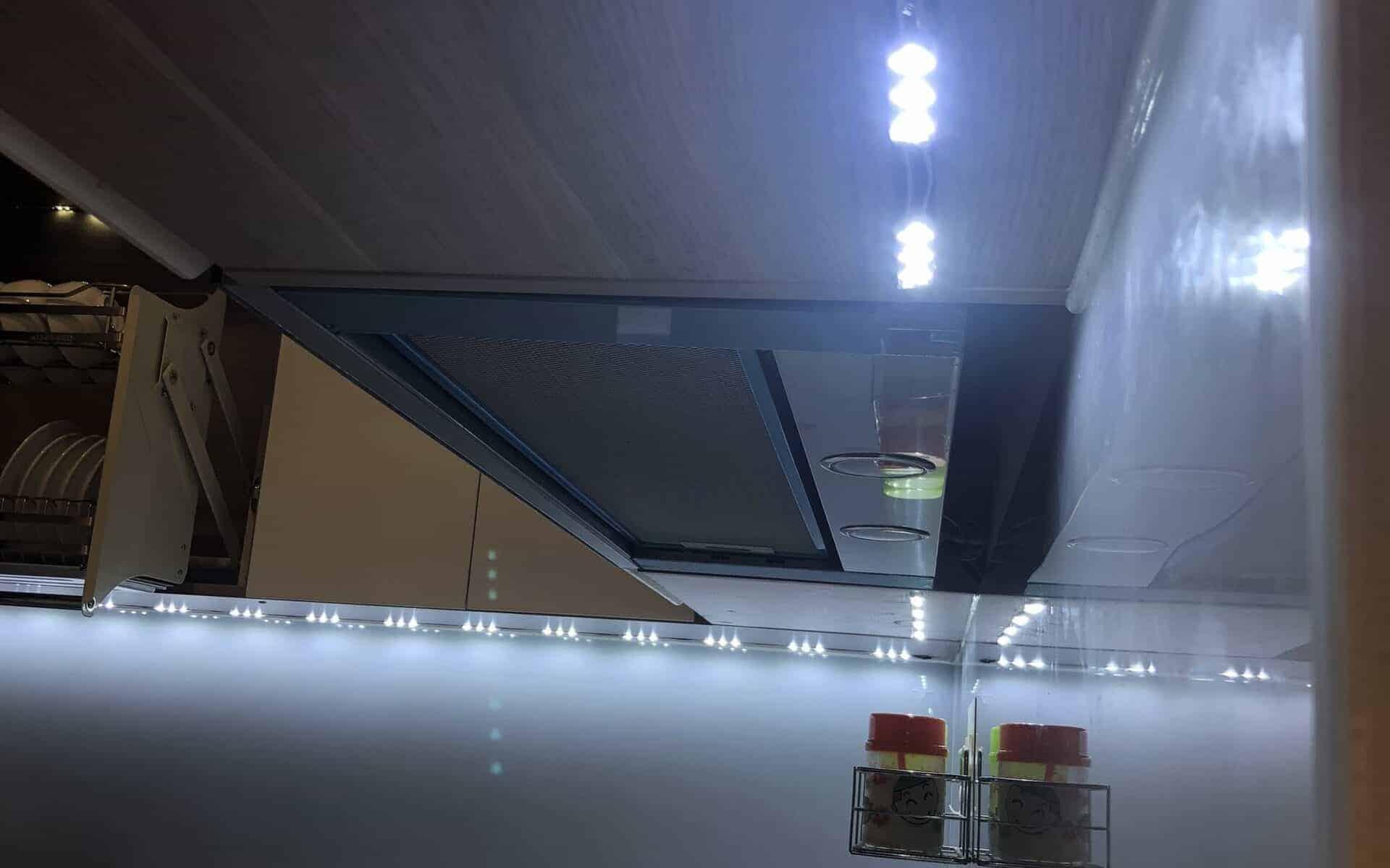 Cách gắn đèn led vào tủ kính