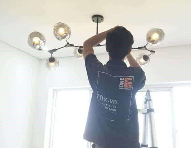 Lắp đèn chùm trong phòng thay đồ