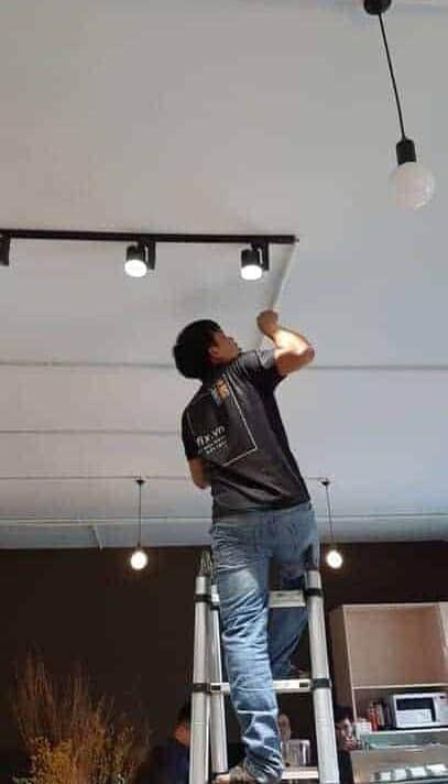 Lắp đèn LED thanh ray cho phòng thay đồ